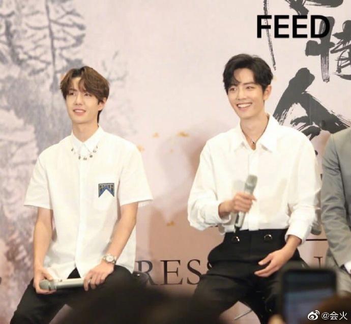 Fan-meeting Trần tình lệnh: Tiêu Chiến, Vương Nhất Bác cùng diện áo sơ-mi trắng chuẩn soái ca ảnh 2