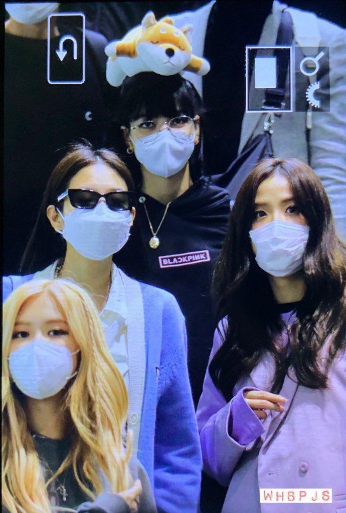 Lisa (Blackpink) bị fan Jennie xô đẩy tại sân bay, công chúa YG đeo khẩu trang sau khi bị Knet đả kích ảnh 0