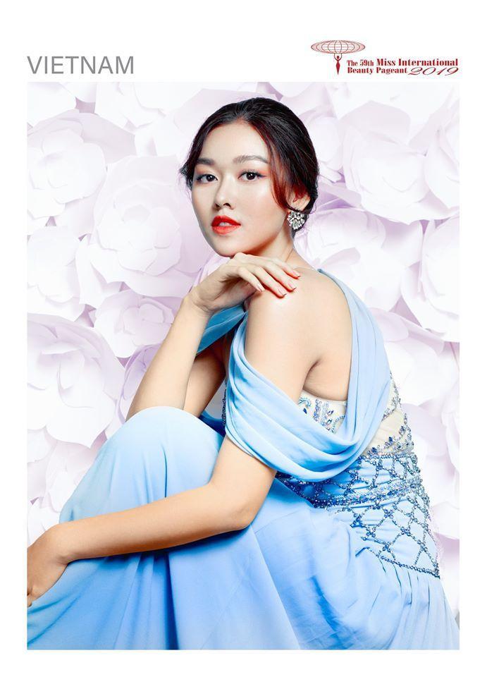 Tường San chinh phục các fan sắc đẹp bởi nhan sắc ngọt ngào và nhẹ nhàng của mình trong bộ ảnh Glam Shot – Miss International 2019.