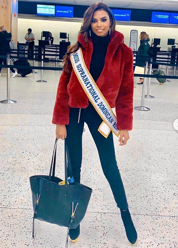 Hoa hậu Cộng hòa Dominican chọn cả cây đen và một chiếc áo khoác ngoài màu đỏ nổi bật.