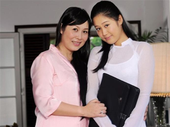 Xí Ngầu bên cạnh mẹ Hồng Vân khi vẫn còn là một cô học sinh.