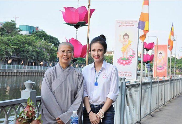 Hình ảnh tinh khôi của Angela Phương Trinh trong chiếc áo sơ mi trắng đơn giản