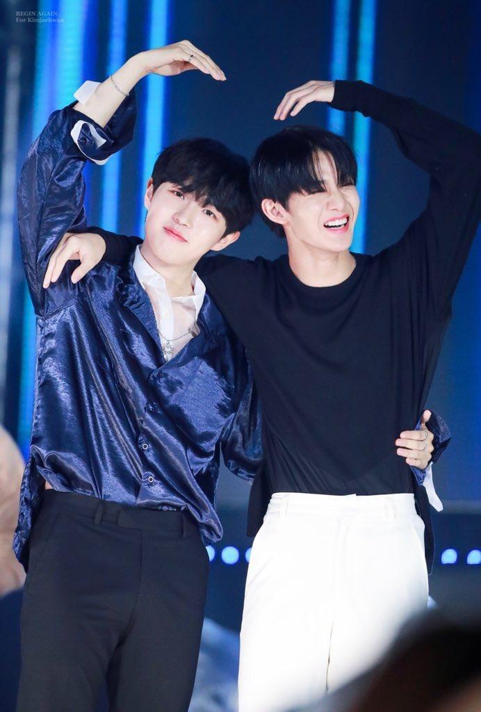 Jaehwan và Jinyoung cùng tạo trái tim lớn.