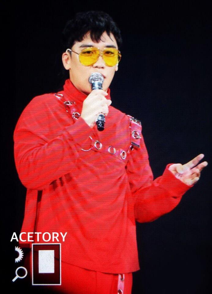 Seungri xuất hiện trong bộ cánh đỏ của G-Dragon với tư cách khách mời đặc biệt.