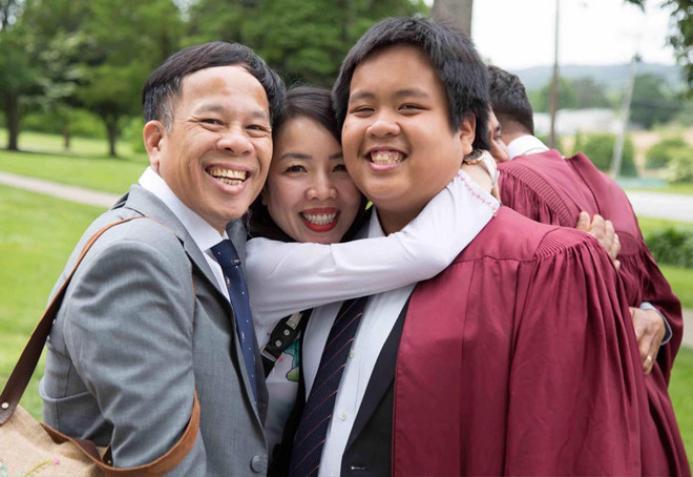 Bố mẹ Đỗ Nhật Nam đã bay sang Mỹ để chung vui ngày tốt nghiệp với con trai.
