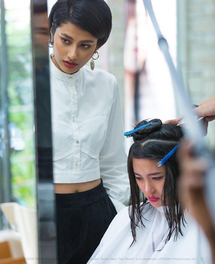 Rima Thanh Vy lại bật khóc vì cô lo lắng là tóc sẽ bị cắt đi quá ngắn