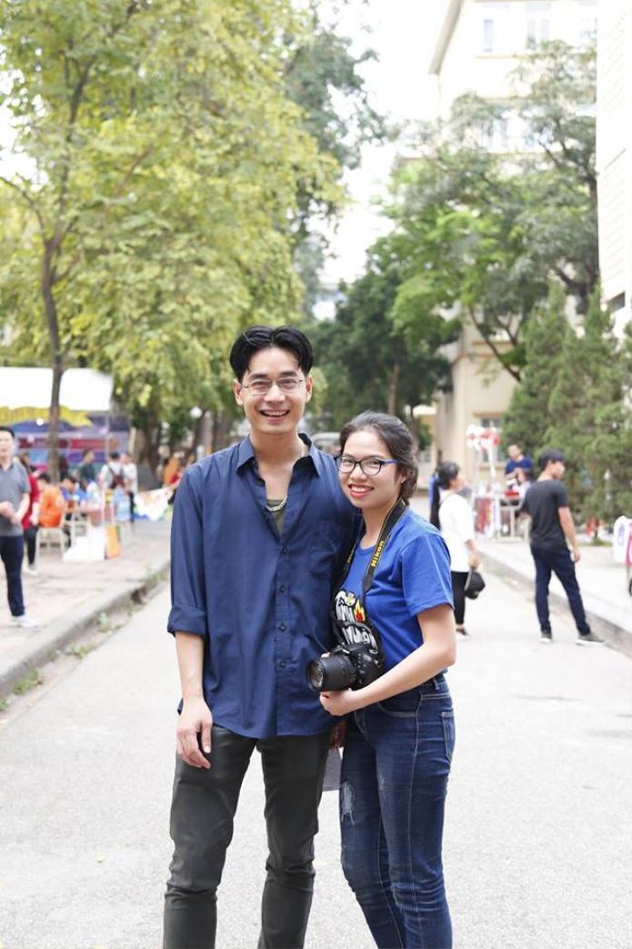 Thầy giáo trẻ điển trai thân thiện chụp ảnh với sinh viên. Ảnh: facebook Đỗ Cẩm Chi