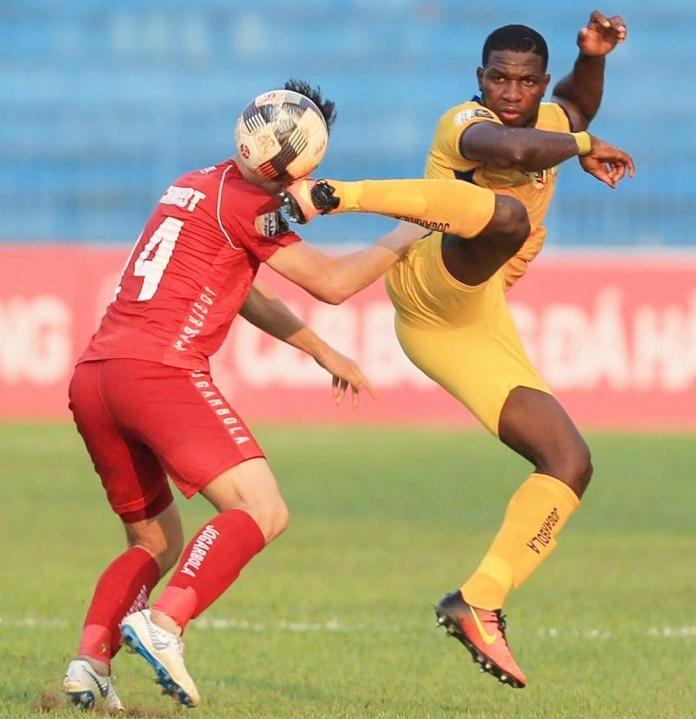 Rimario (áo vàng) nhận thẻ đỏ trong trận Thanh Hóa thua Hải Phòng ở Cúp quốc gia. Ảnh: VPF
