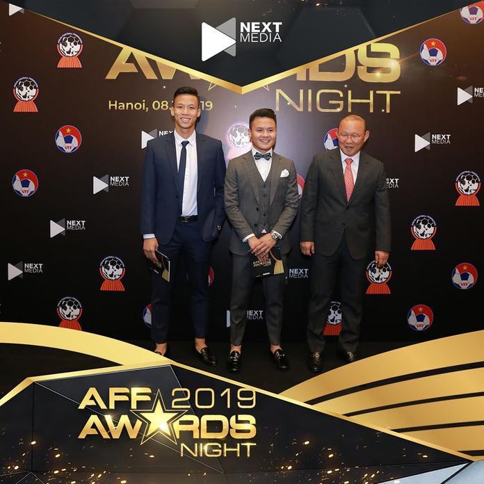 Trong khi đó, ĐTVN có đến… 99% khả năng sẽ giành giải thưởng đội tuyển của năm sau chức vô địch AFF Cup. CònQuang Hải cùng với Chanathip đua tranh quyết liệt cho danh hiệu Cầu thủ nam xuất sắc nhất Đông Nam Á.