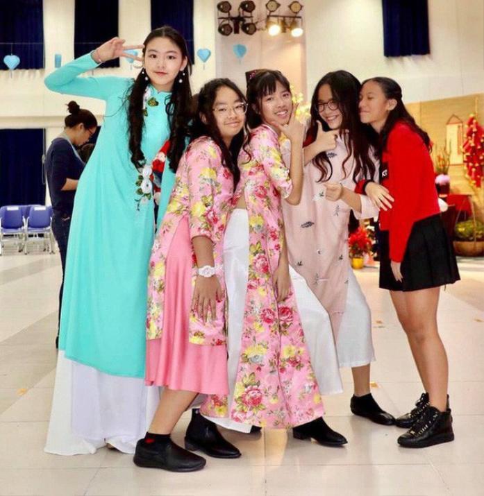 Sở hữu đôi chân dài miên man, Lọ Lem được chọn thành vedette cho một chương trình thời trang do trường tổ chức.