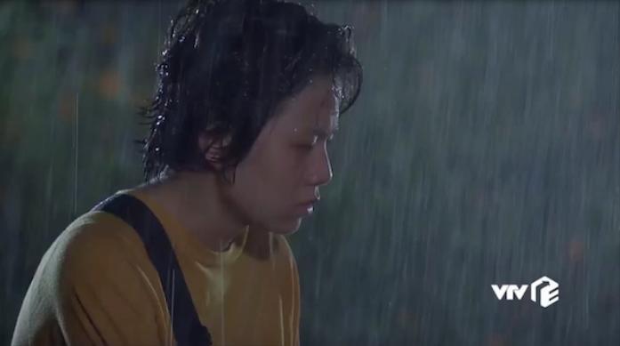 Dương bật khóc trong mưa vì quá shock.
