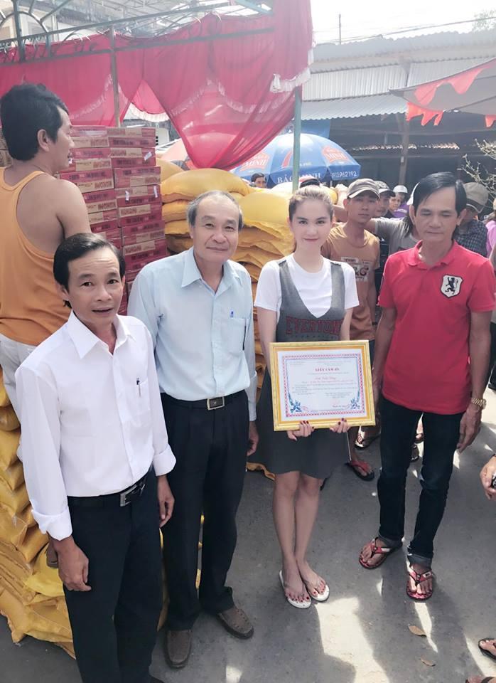 Cô còn vinh dự nhận bằng khen của lãnh đạo thị trấn về tấm lòng vàng.