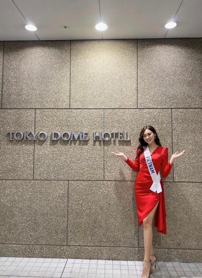 Chiếc váy đỏ sang trọng giúp Tường San nổi bật khi tham gia các hoạt động bên lề. Song cũng không phải là váy mới toanh.