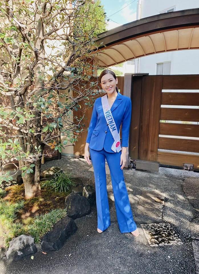 Á hậu Tường San nổi bật với suit xanh ở Miss International 2019.