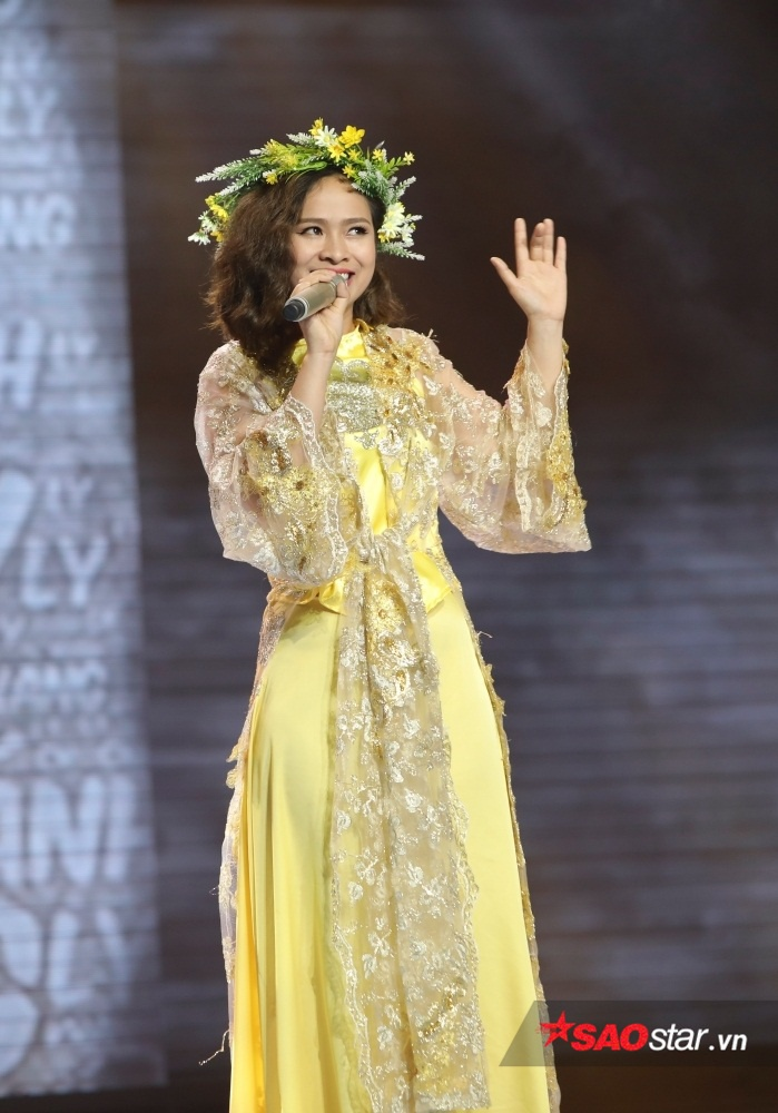 """Khánh Ly nhập tâm vào bài hát Chờ chàng mà như diễn """"Súy vân giả dại"""" trên sân khấu."""