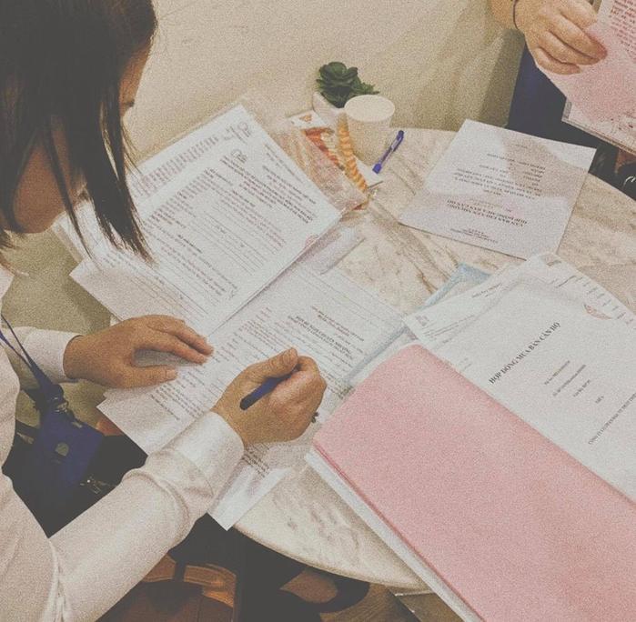 """Mới đây, trên trang cá nhân, Châu Bùi đăng tải bức ảnh cô nàng đang ngồi chăm chú với đống giấy tờ lộn xộn xung quanh. Không khó để fan nhận ra trên tờ giấy ấy có ghi dòng chữ """"Hợp đồng mua bán căn hộ"""". Có vẻ như cô nàng đang khoe khéo với mọi người việc mình vừa tậu nhà. Ở tuổi 22, thành công của Châu Bùi khiến nhiều người ghen tị."""