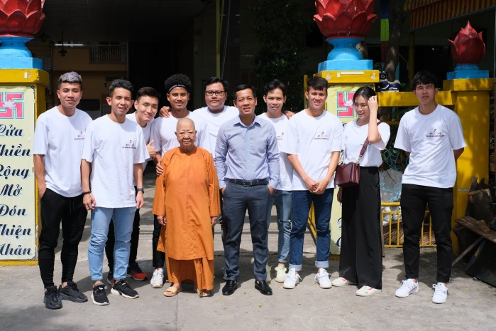 Nhân ngày 20/10, các cầu thủ HAGL cùng một số người bạn đã có một chuyến đi làm từ thiện đầy ý nghĩa tại Tịnh Xá Ngọc Quang tại Thành phố Hồ Chí Minh. (Ảnh của 2Brothers)