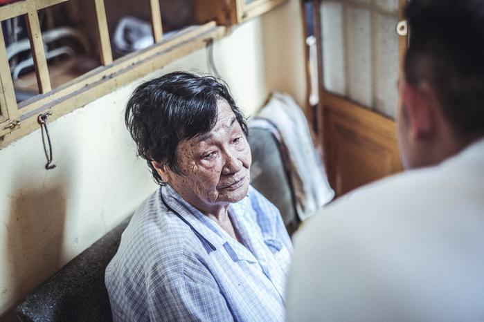 Khuôn mặt khắc khổ của một cụ bà trong ngày Tịnh Xá Ngọc Quang. (Ảnh của 2Brothers)