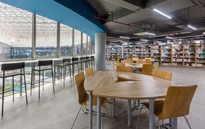 Cơ sở mới của trường cũng đầy đủ các trang thiết bị vật chất hiện đại, phục vụ cho việc học tập cũng như nghiên cứu của sinh viên