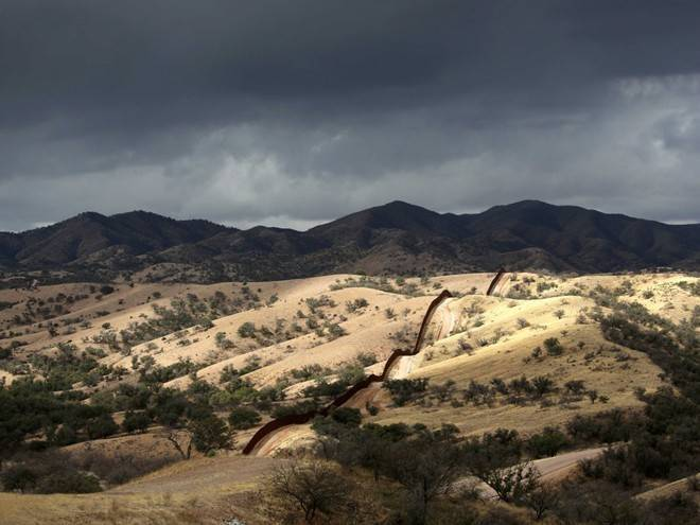 Hàng rào Mỹ - Mexico trải dài đến tận vùng nông thôn ở bang Arizona. Dòng người tị nạn Mexico luôn tìm cách vượt qua hàng rào này để nhập cư trái phép sang Mỹ.
