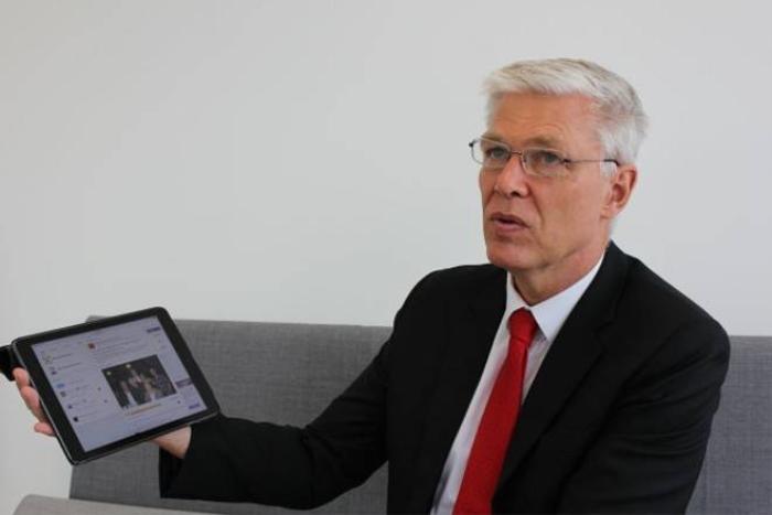 Đại sứ Đan Mạch John Nielsen giới thiệu trang Facebook fanpage của sứ quán.