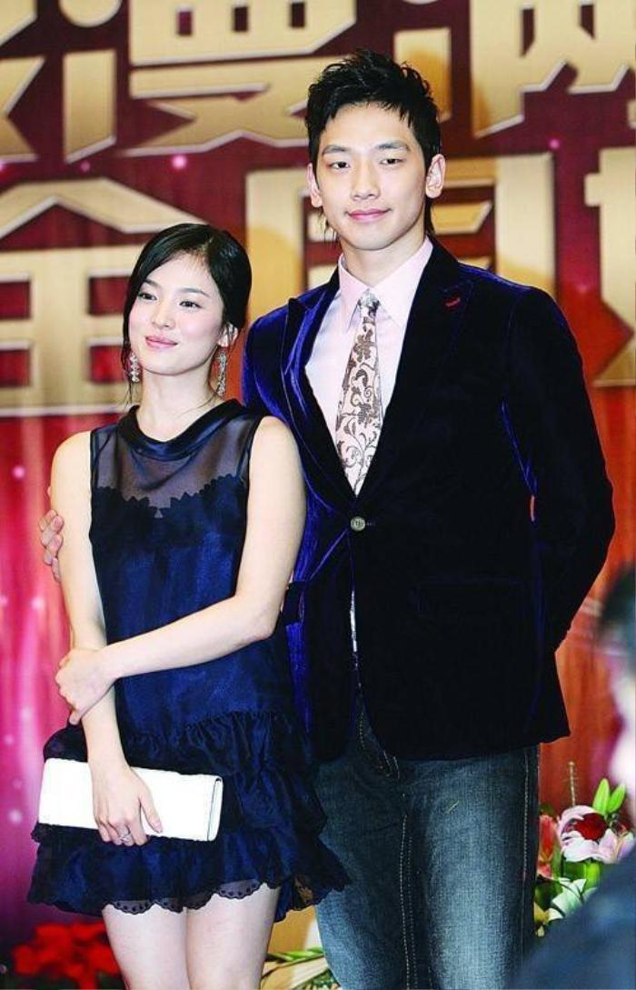 Bi Rain và Song Hye Kyo từng nảy sinh tình cảm trong thời gian đóng Ngôi nhà hạnh phúc. Cũng thời điểm này, cô chia tay Lee Byung Hun khiến dư luận càng hoài nghi.