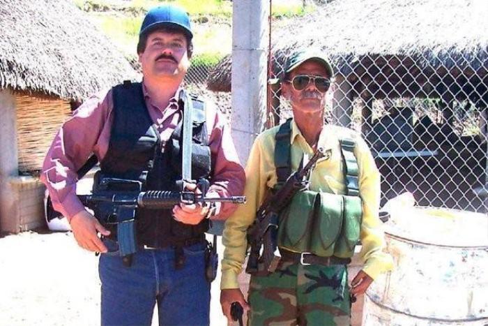 Người dân khẳng định Joaquin Guzman (bên trái) thường xuyên giúp đỡ những gia đình khó khăn trong bang Sinaloa.