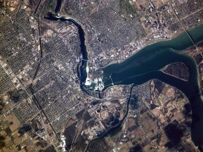 Biên giới giữa Mỹ và Canada là một trong những vùng biên dài nhất thế giới, với độ dài hơn 8.800 km. Thác Niagara ngăn cách giữa hai nước, với lãnh thổ Canada nằm bên trái còn khu vực thuộc Mỹ nằm ở góc phải.