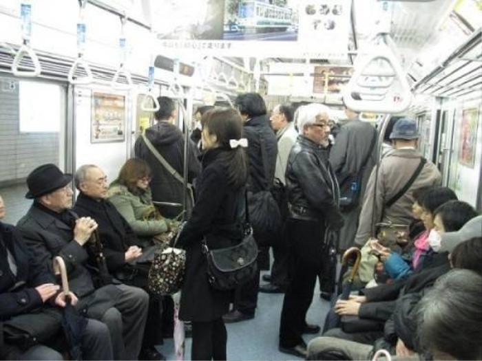 Người già ở Nhật đôi lúc vẫn phải đứng nếu tàu điện quá đông.