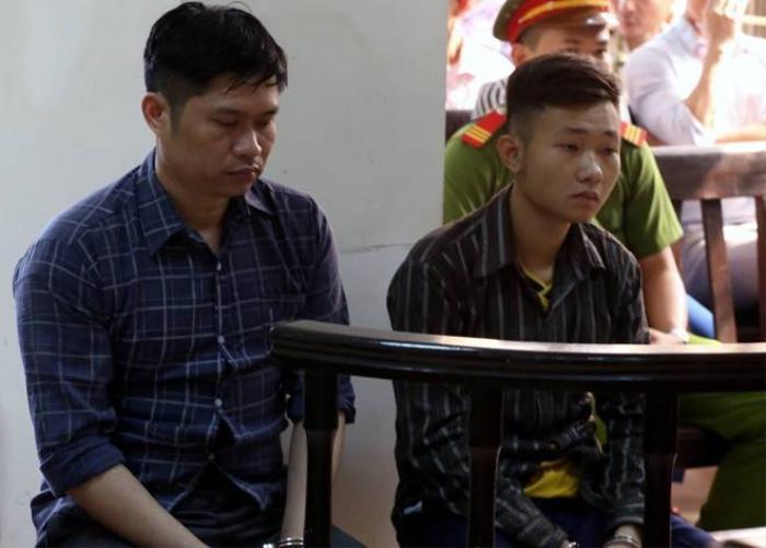 Luật sư Chu Thị Trang Vân (Đoàn luật sư Hà Nội) tiếp tục tham gia bào chữa cho bị cáo Tường (trái) tại phiên xử phúc thẩm sáng nay. Ảnh: Hoàng Anh.