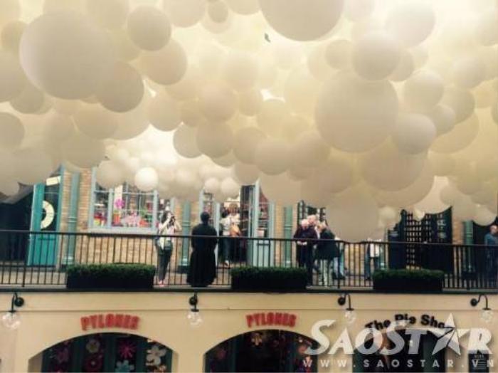 Những quả bóng như đám mây khổng lồ trong chợ là tác phẩm của nghệ sĩ Pháp Charles Pétillon.