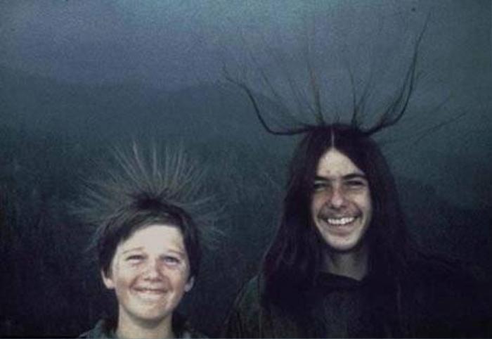 Ảnh chụp McQuilken (phải) và cậu em trai Sean với mái tóc dựng ngược dị thường vào ngày 20/8/1975. Cả hai không biết họ sắp trở thành nạn nhân của