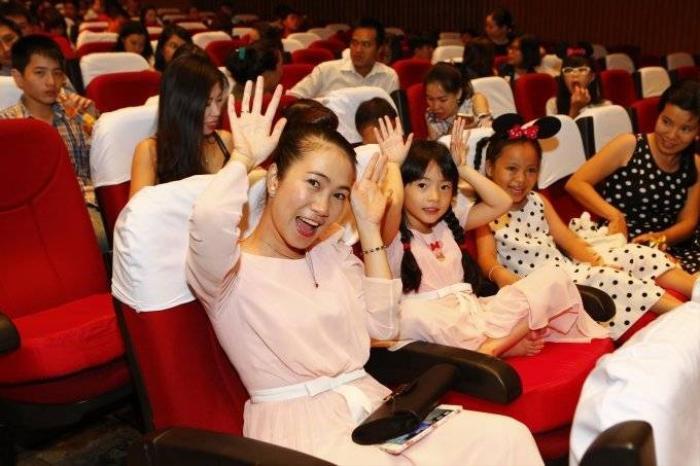 DisneyLive_MC Thanh Thảo Hugo hào hứng xem show diễn 10.42.23 PM