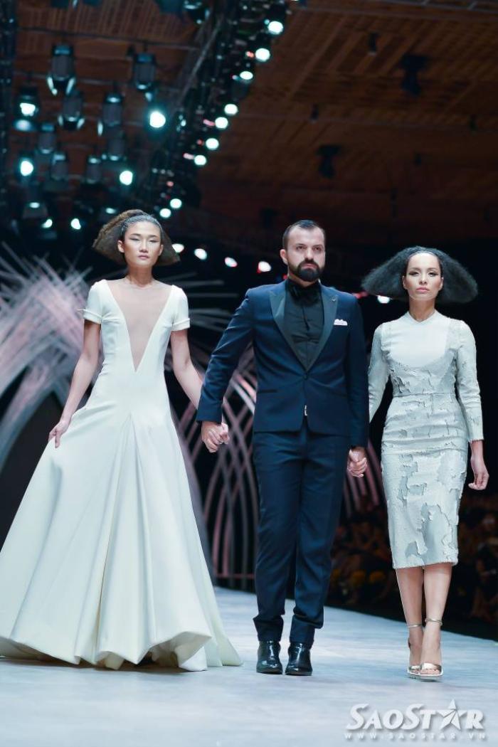 NTK đến từ kinh đô thời trang Paris đã mang lại buổi trình diễn mát nhãn cho tín đồ thời trang Việt.