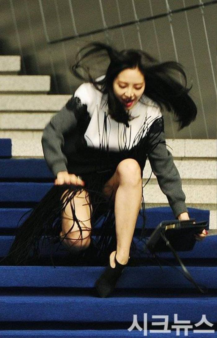 Tại đây, thành viên Son Na Eun không may gặp sự cố với giày cao gót. Trước khi yên vị xem show diễn, Son Na Eun bị trật giày cao gót và ngã bệt xuống đất trong lúc đi xuống từ bậc cầu thang.