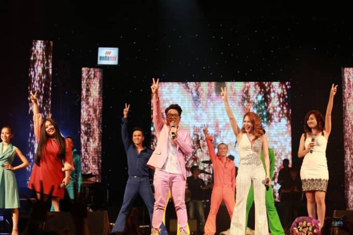 Đêm nhạc khép lại trong không khí tươi vui cùng liên khúc ABBA.