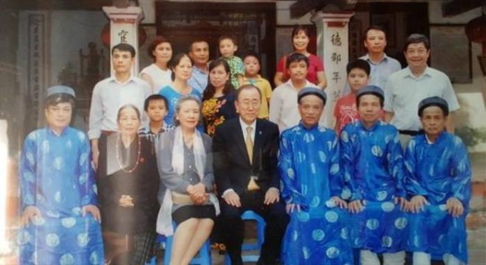 Ông Ban Ki-moon cùng phu nhân chụp ảnh trước nhà thờ họ Phan Huy.