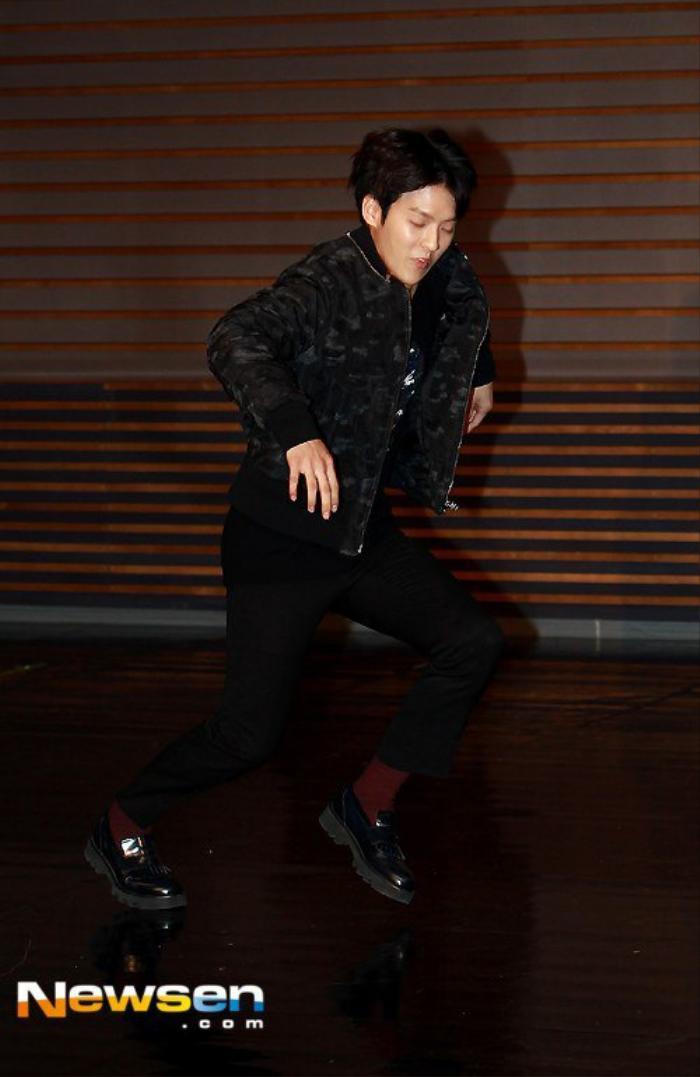 Trong khi đó Lee Minhyuk của nhóm BtoB thể hiện tình đồng đội với Minah khi cố tình ngã.