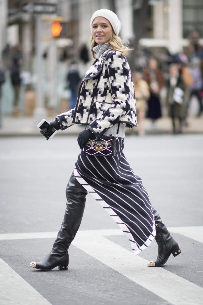 Chiếc áo họa tiết pixel cùng váy kẻ sọc dọc ấn tượng trên đường phố.