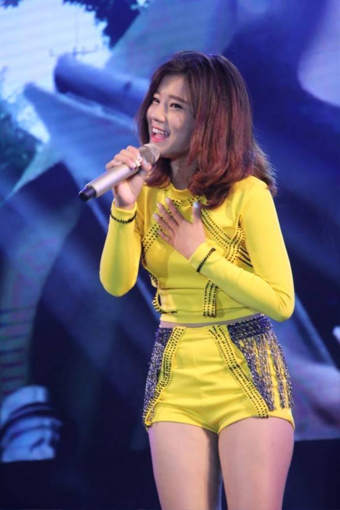 Hoàng Yến Chibi ghi điểm với giọng hát trong trẻo và ngoại hình xinh xắn.