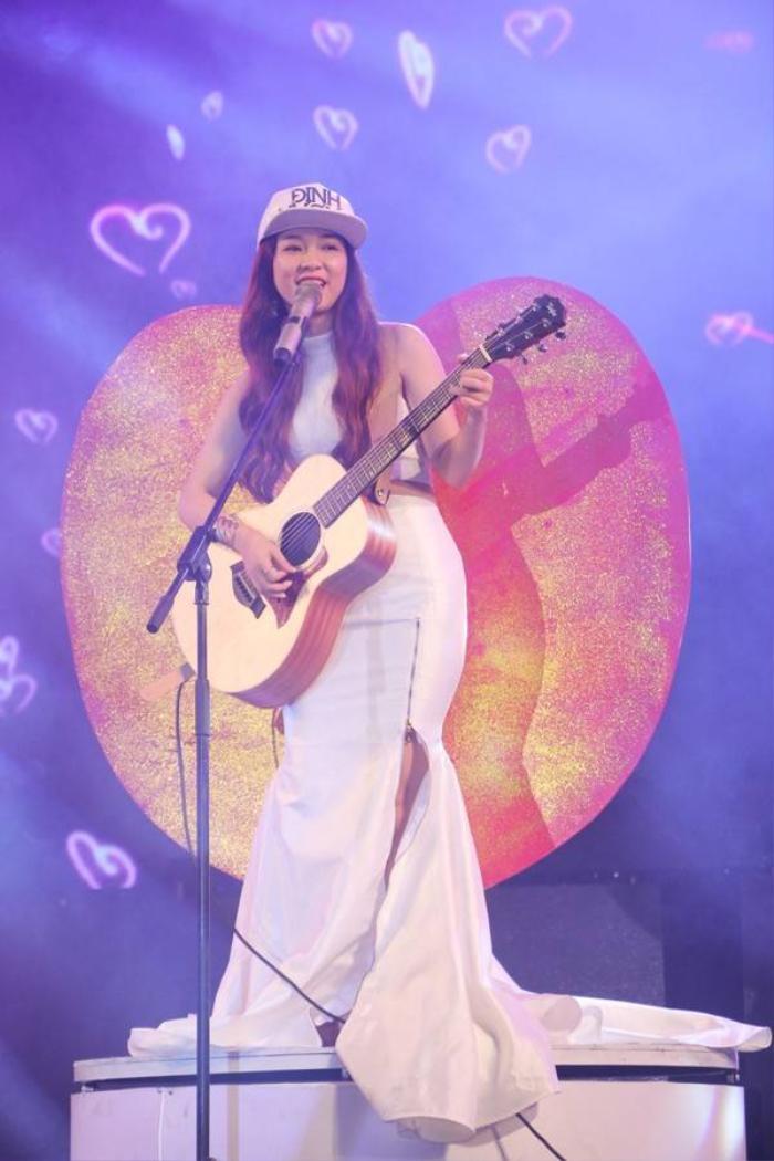 Đinh Hương vừa đàn, vừa hát Loving You.