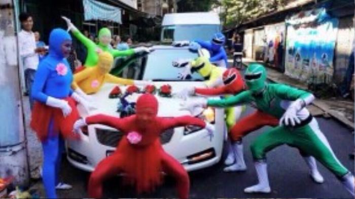 Các siêu nhân tạo dáng bá đạo bên xe hoa.