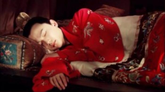"""Tân hồng lâu mộng – bộ phim đánh dấu con đường nghệ thuật của Dương Dương. Sỡ hữu khuôn mặt thanh thoát, nhẹ nhàng và tạo cảm giác dễ chịu cho người nhìn, chàng trai sinh năm 1991 được khán giả phong tặng danh hiệu """"nam thần""""."""