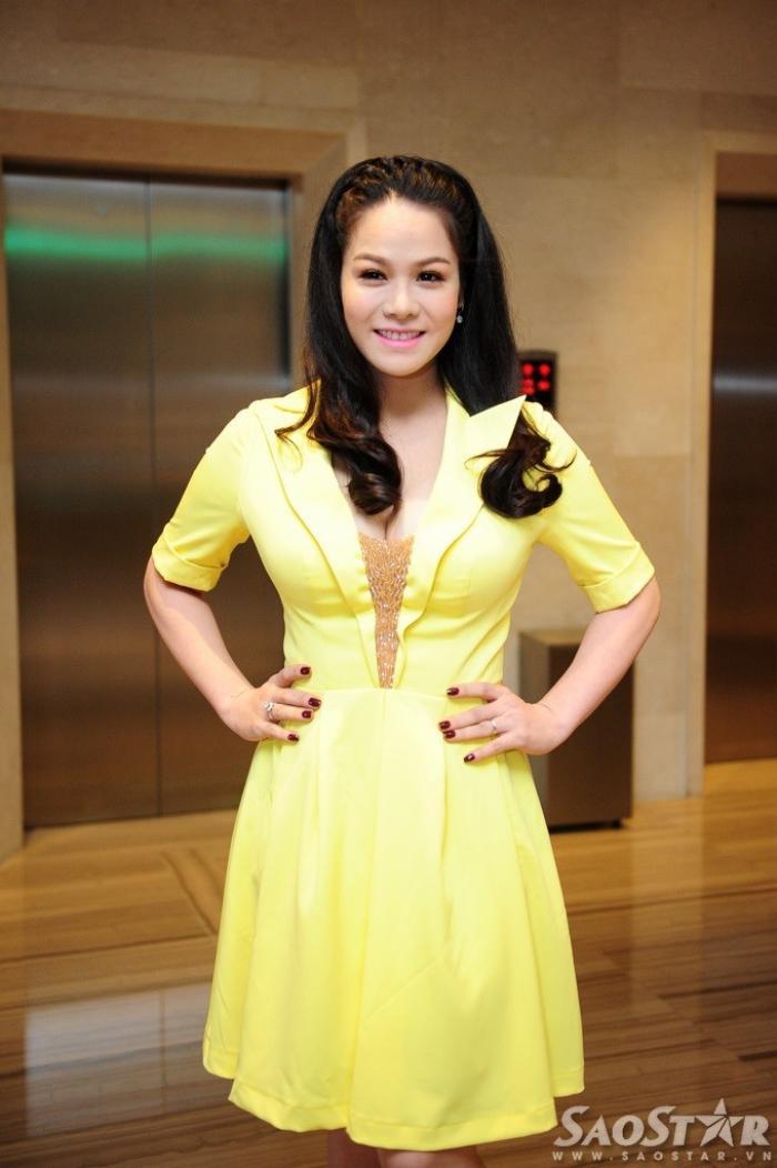 Nhật Kim Anh diện chiếc đầm vàng nổi bật khoe khéo vòng 1. Cô cho hay, mình cảm thấy ngại và không tự tin tạo dáng trước ống kính bởi bản thân vẫn chưa kịp lấy lại thân hình chuẩn.