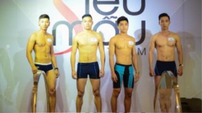 Các thí sinh nam khoe cơ bắp tại vòng sơ tuyển.