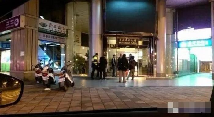 Vụ việc xảy ra ở khu vực bên ngoài khách sạn và mâu thuẫn giữa hai nhóm côn đồ.