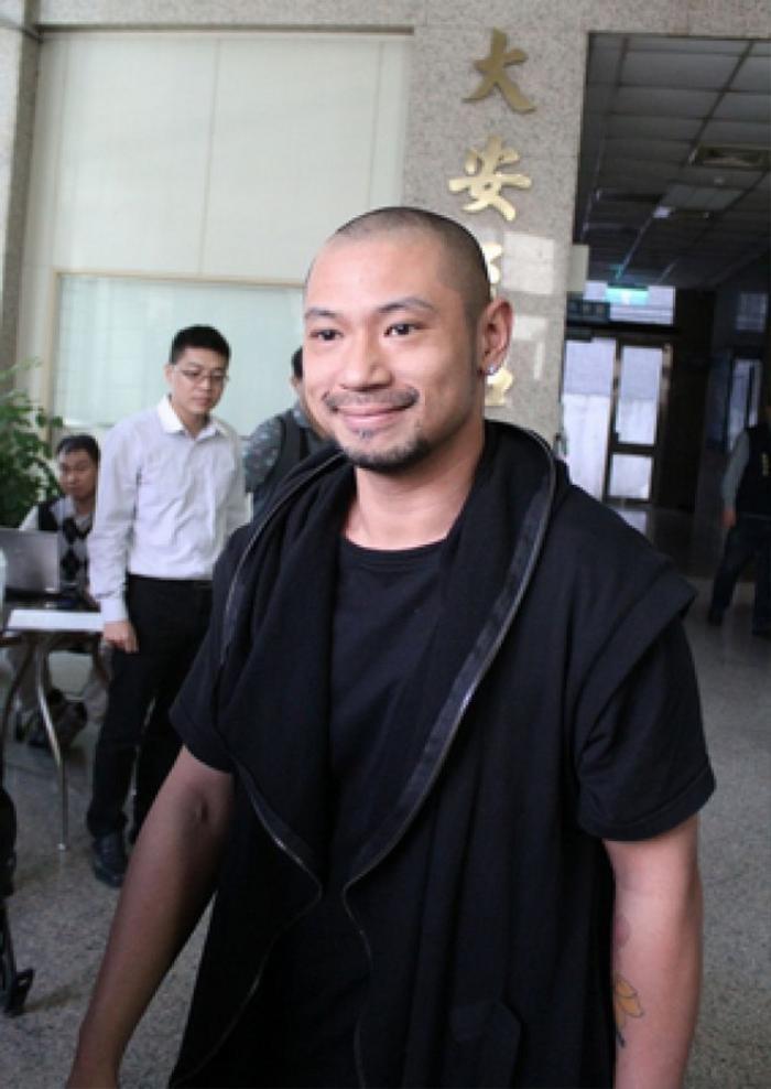 Nghệ sĩ Kim Cương bình thản khi bị cảnh sát áp giải.
