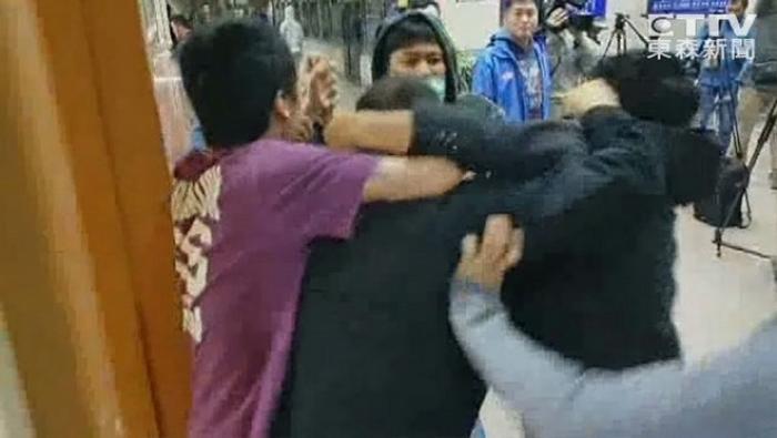 Hình ảnh từ vụ đánh nhau do báo chí ghi lại.