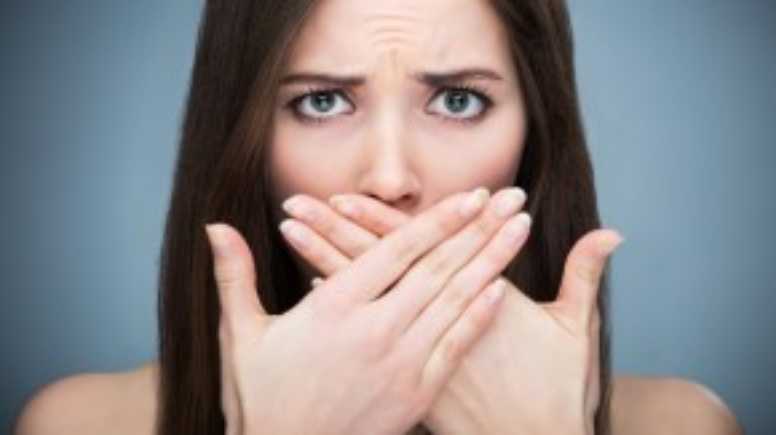 Cạo lưỡi giúp phòng chống hôi miệng