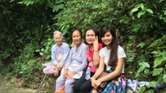 Cụ bà vui vẻ chụp hình kỷ niệm cùng các thành niên trẻ tuổi trong đoàn vào chuyến đi xuyên Việt gần đây - khi bà đã 90 tuổi.